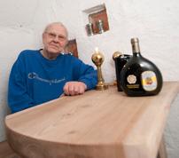 Arne Larsson har hittat metoden att förvandla al till det yppersta av svenska träslag. Stockarna får ligga och rötas ett år innan sågning.