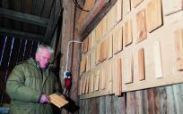 Harry Bertilsson visar tavlan med lister och paneler som kunderna får välja bland. Men många vill ha special.