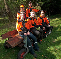 Här är killarna som hellre jobbar i skogen än sitter hemma vid datorn. Fr v Joakim Viktorsson, Robert Jönsson, Tommy Holst, Robin Hermansson och Johan Aho. De tjärade plankorna används som spångar och är sågade av ungdomarna själva.
