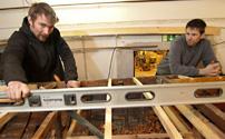 Mattias Malmros och Johan Nilsson vid den A22 skärgårdskryssare som håller på att få nytt däck.