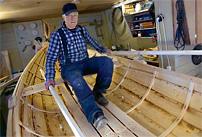 Lars Wigren provar den femte eka han byggt efter pensioneringen.
