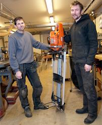 – Med det här sågverket får vi fram det virke vi behöver i grova dimensioner, säger Johan Nilsson och Mattias Malmros.