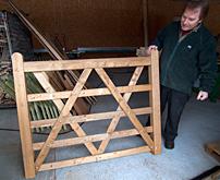 Tidigare köpte Peter Andersson in grindar och staket. Men med egen tillverkning blir marginalen bättre.
