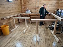 Den som har eget virke kan bygga sig en prydlig verkstad. Här jobbar Peter Andersson med specialsnickerier.