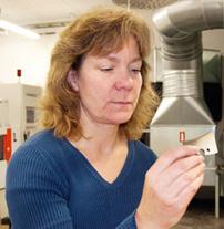 Maria Linder kontrollerar ett stål efter gnistning. Hela processen är mycket exakt och helt datorstyrd.