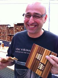 Klaus Kralovec ställde ut sina träkonstverk på Ligna mässan. Här visar han ett annorlunda pennställ som blivit populära i Tyskland.