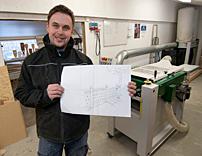 – Vi har fått arkitekthjälp för att skapa egna produkter, berättar David Torstensson och visar ritningen på ett staket. Tillverkningen sker bland annat med en Logosol PH260.