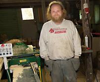 Sonen Jan-Erik Kristiansson  jobbar i hyvleriet.