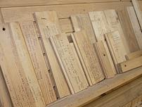 Recepten för alla lister och paneler som tillverkats skrivs ned på provbitar. Sortimentet har blivit mycket stort.