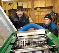 Kent Lindh och Janne Hellgren vid den fyrkutterhyvel som är kärnan i verksamheten för Sandshults Trä.