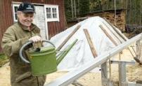Vattenkannan är inte till för att Solosågen ska växa. Våge Ivarsson använder den för att fylla på vatten för kylning av bandsågen som storsågade efter stormen 2005.