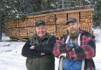 Harry Nyberg och Bo Andersson i Nykvarn har rätt att vara stolta. 150 träd blev stormens rov. Det gav vännerna många trevliga timmar framför sågverket.