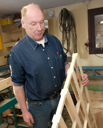– Jag använder virket för att tillverka den här typen av mellanlägg, berättar Stig Johansson.