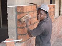 När bygget står klart har regionen sju operationssalar. 100 kronor till sjukhusbygget räcker till 50 handhuggna byggblock.