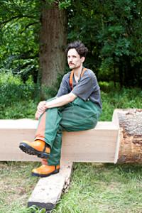 – Drömmen vore att tillverka möbler som placeras där träden har fällts, säger Anton Alvarez.