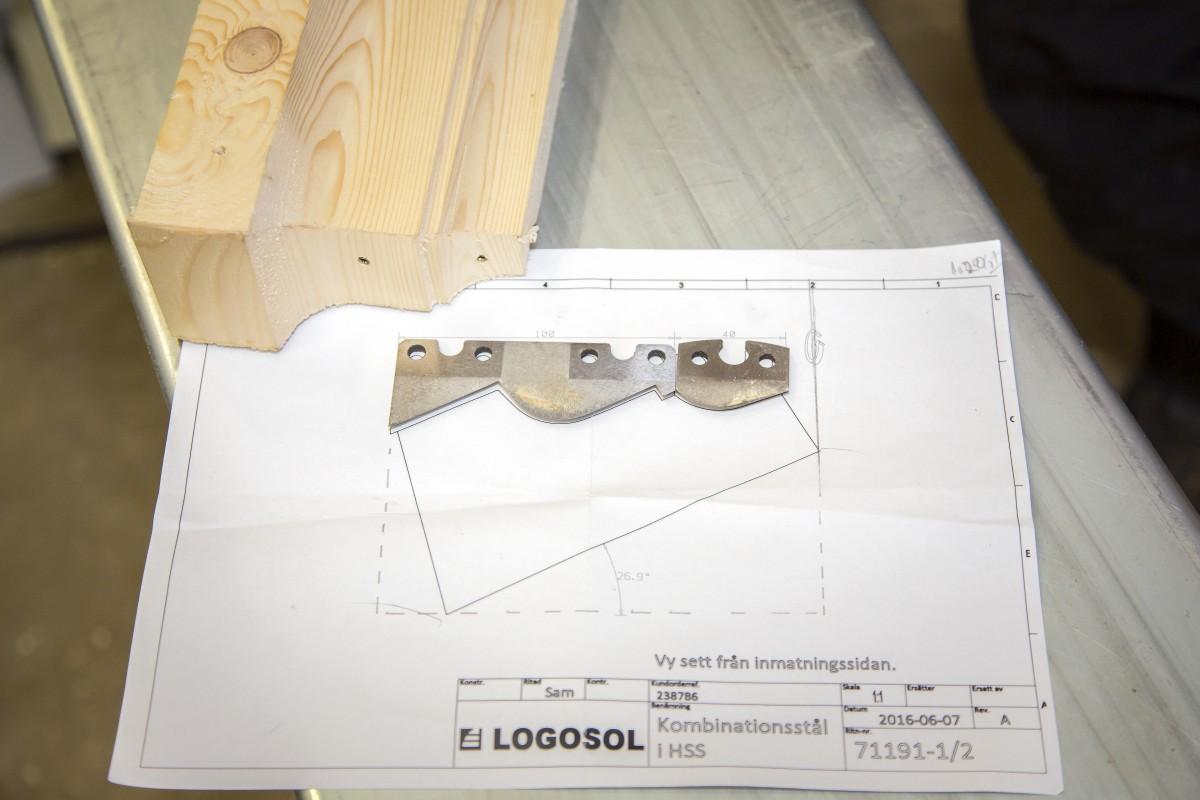 Genom att forma stocken med bandkniv istället för att fräsa den maskinellt  får den färdiga timmerväggen extra karaktär. 11902192683e6