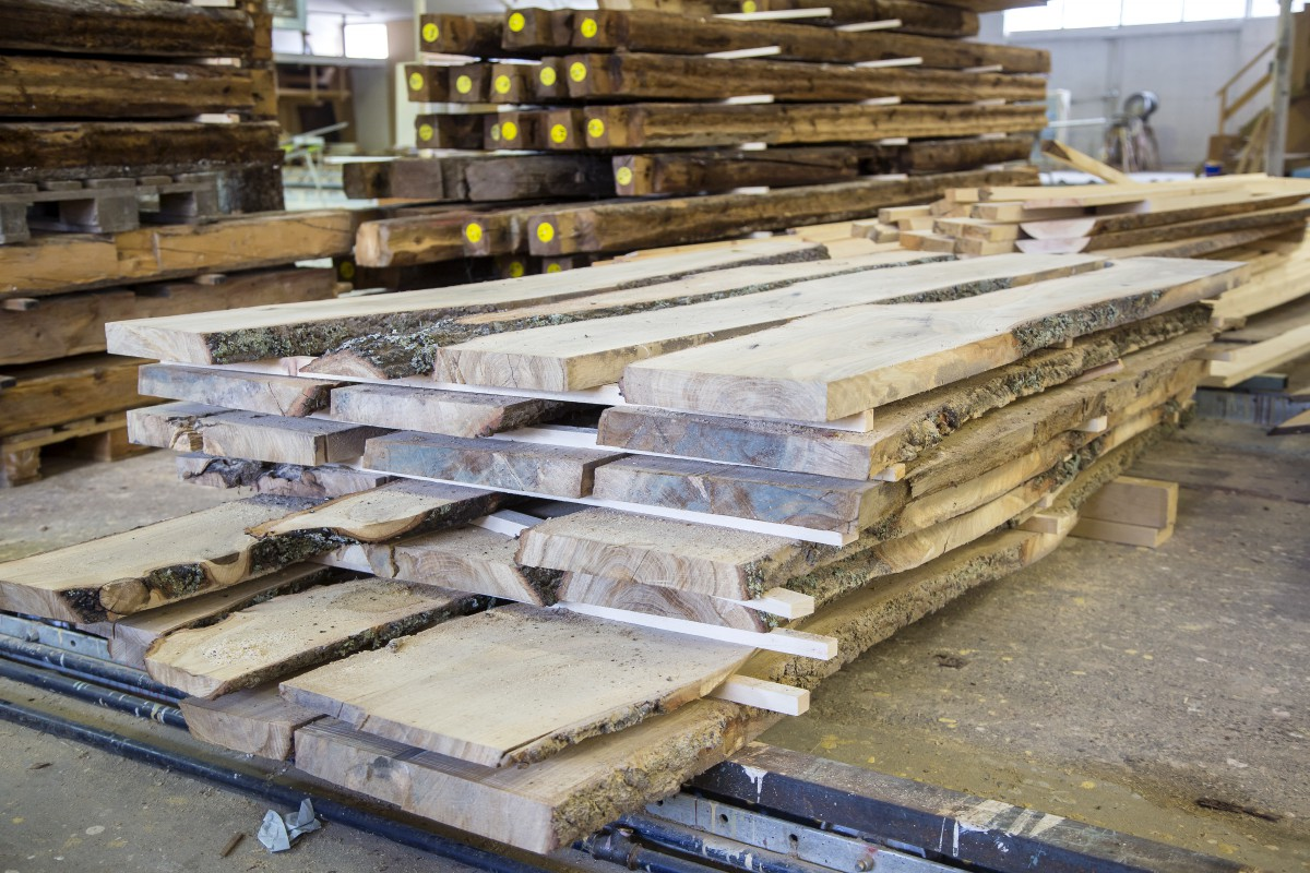 Träkultur hyr en del av lokalerna som tidigare användes av Sidensjöhus. Här  finns plats för både maskiner 3a4eabf455cdc